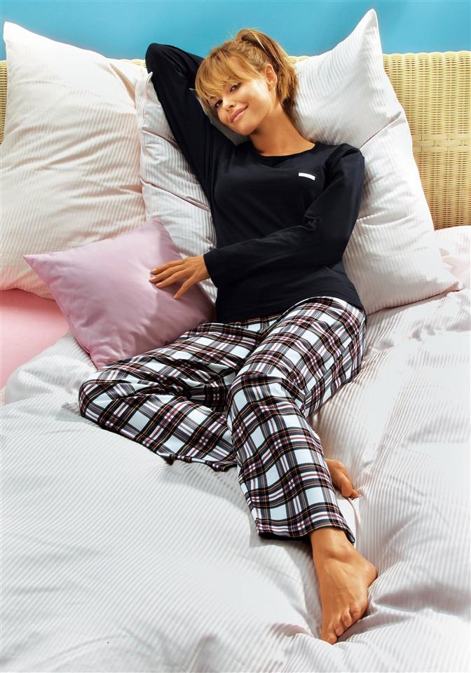Фото девушек в пижамах на кровати